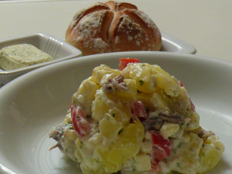 Rindfleisch-Kartoffel-Sellerie-Salat, DDR-Brötchen, Kräuterbutter