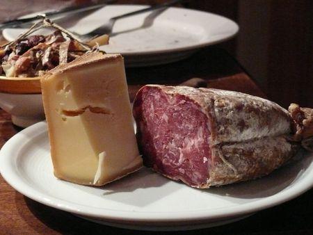F - Abendbrot mit Käse, Oliven, Wurst , Wein und Brot