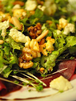 Rote-Bete-Carpaccio mit Schaftskäse und Nüssen