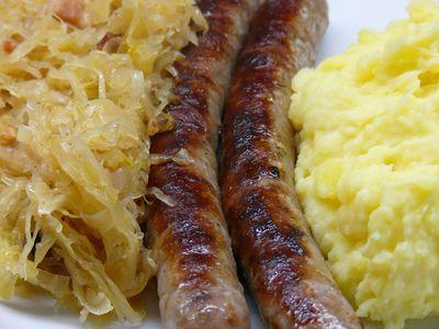 Bratwurst, Sauerkraut und Kartoffelpüree